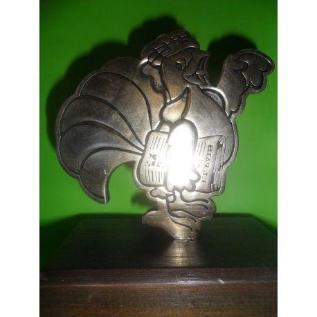 Escultura de bronce personalizada sobre madera