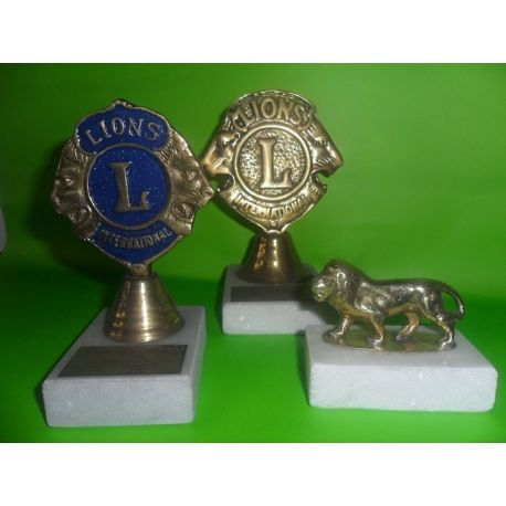 Esculturas de bronce sobre marmol escudo Lions Nº 1 14,5 cm Nº 2 13 cm y escultura leon 6 cm