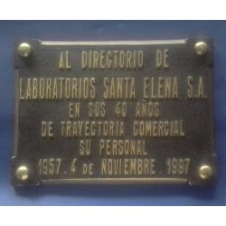 Placa de bronce fundido con grabado en relieve