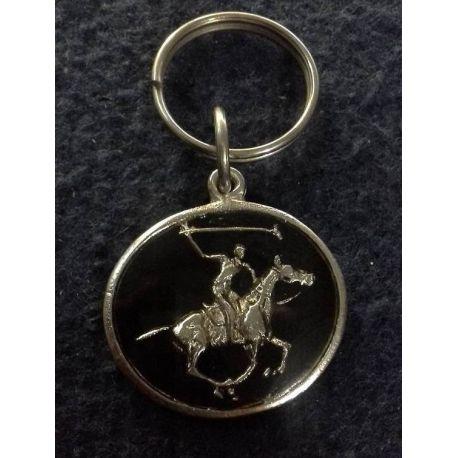 Llavero Nº 8 en metal con su logo esmaltado y vidriado