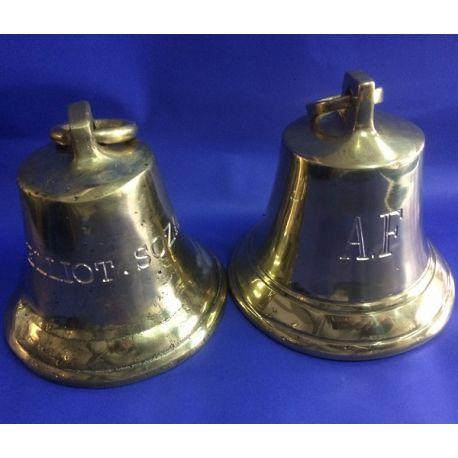 Campana de bronce fundido con grabado